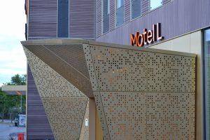 Motel L Älvsjö entréskylt